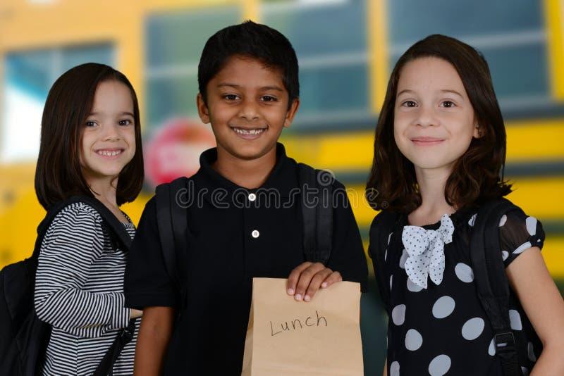 Barn som går till skolan fotografering för bildbyråer