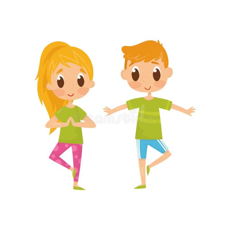 Barn som gör balansera yogaövning Rolig pys och flicka i sportswear Sund livsstil Plan vektordesign royaltyfri illustrationer