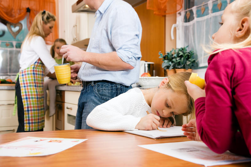 barn som gör familjelivskolaarbete arkivbilder