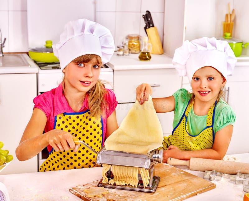 Barn som gör hemlagad pasta royaltyfria foton