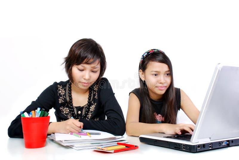 barn som gör läxa fotografering för bildbyråer