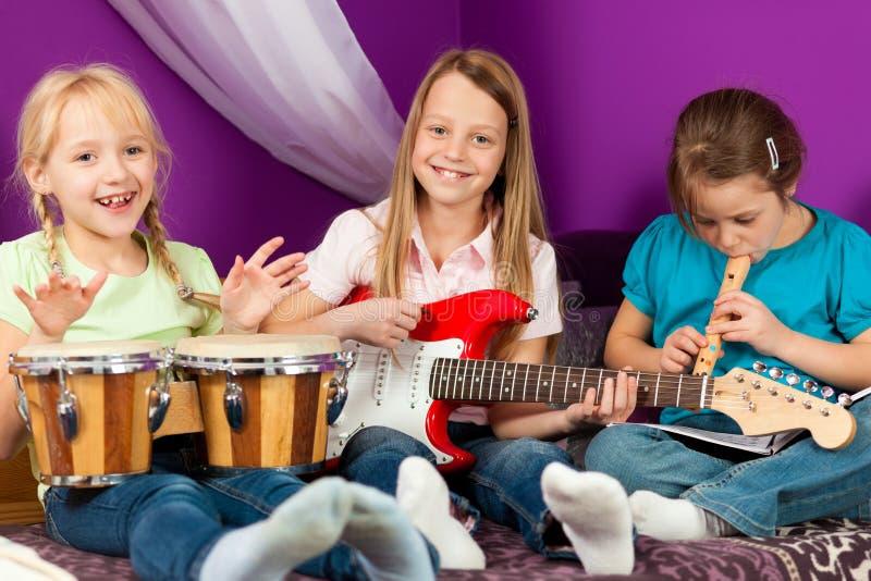 barn som gör musik arkivfoto