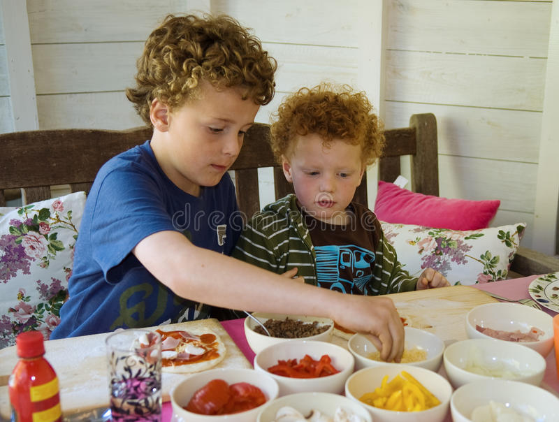 barn som gör pizza arkivfoto