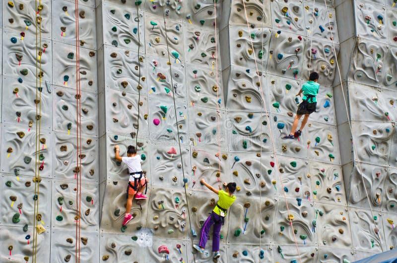 barn som gör rockclimbing royaltyfri foto