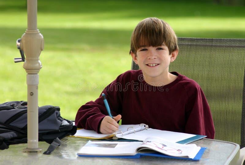 barn som gör skolaarbete arkivfoton