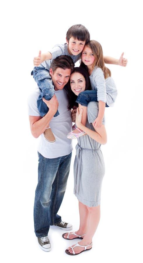 barn som ger jolly föräldrar rider på ryggen, deras royaltyfri fotografi