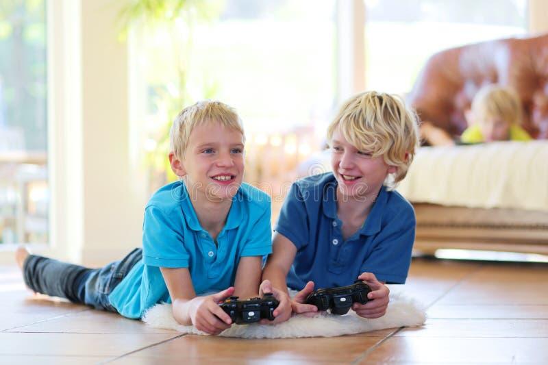 Barn som har gyckel hemma arkivfoton