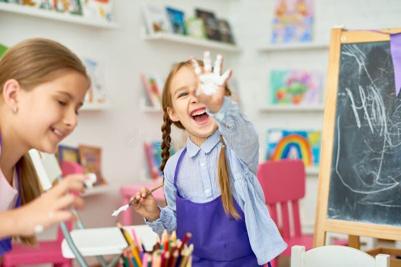 Barn som har gyckel med målarfärg arkivbilder