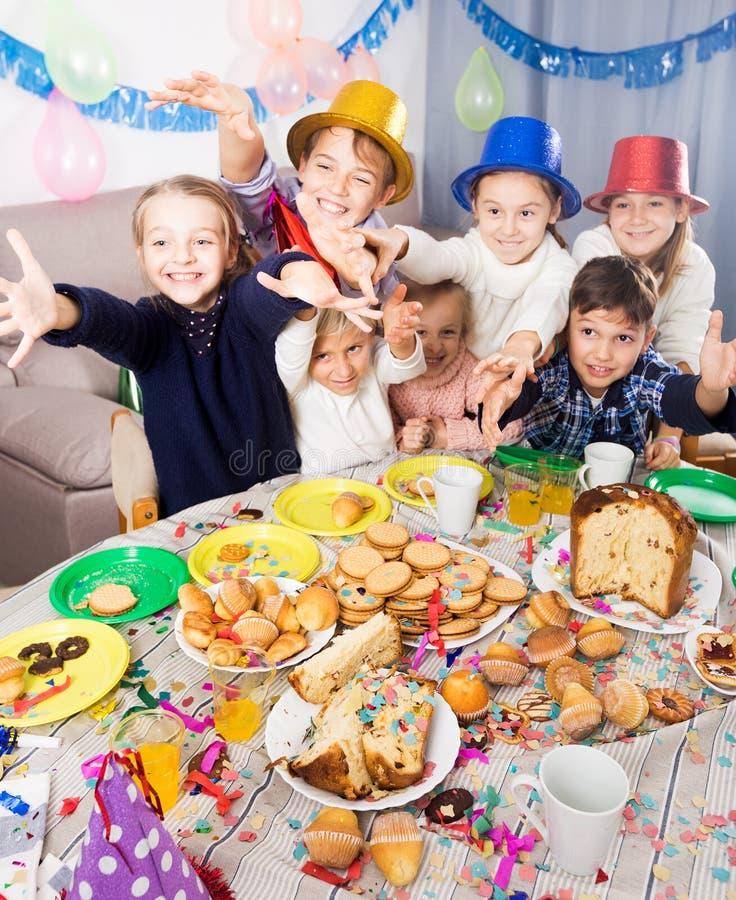 Barn som har gyckel under friend'sfödelsedagpartiet royaltyfri bild