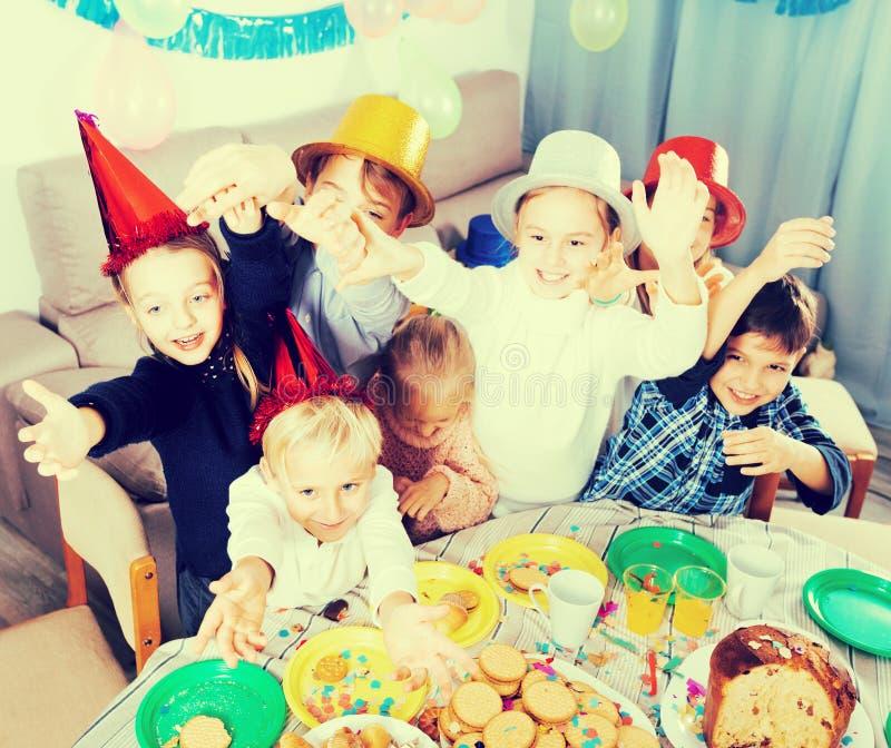 Barn som har gyckel under friend'sfödelsedagpartiet arkivfoto