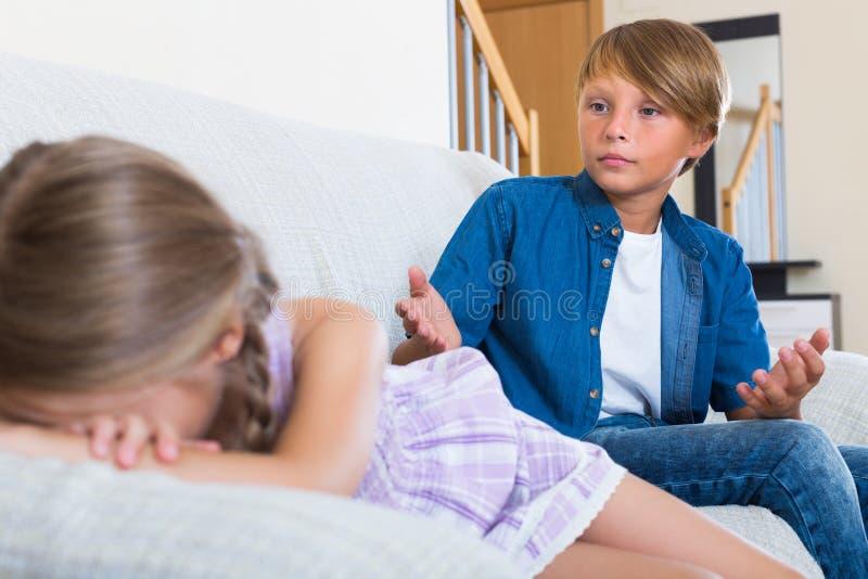 Barn som har konflikt hemma royaltyfri foto