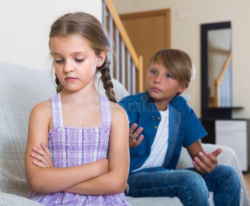 Barn som har konflikt hemma arkivfoton