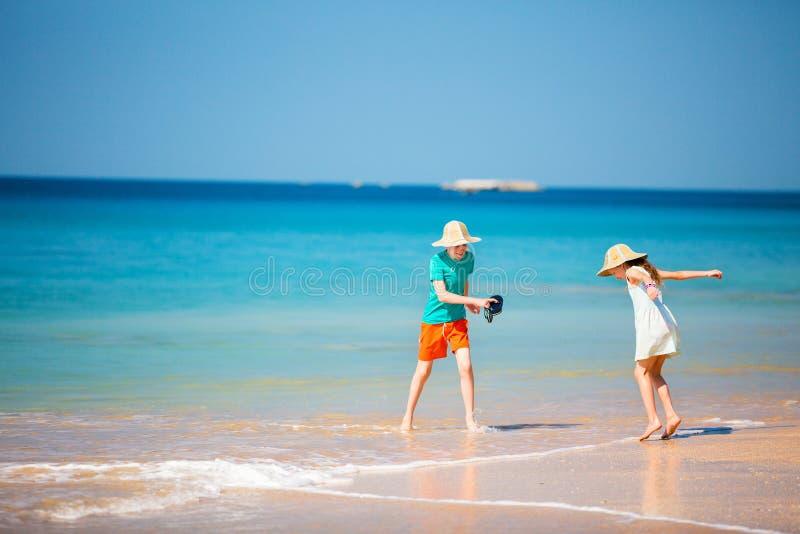 Barn som har kul på stranden royaltyfria foton