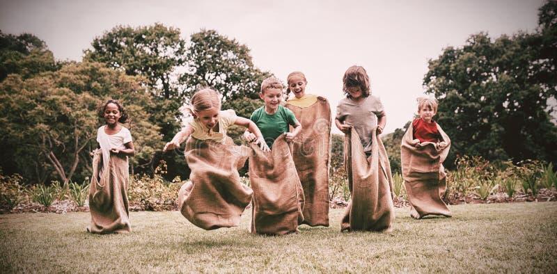 Barn som har säckloppet royaltyfria foton