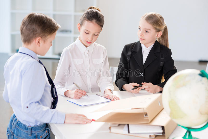 Barn som i regeringsställning arbetar arkivbild