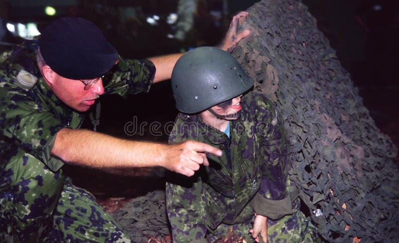 barn som instruerar soldaten arkivbilder