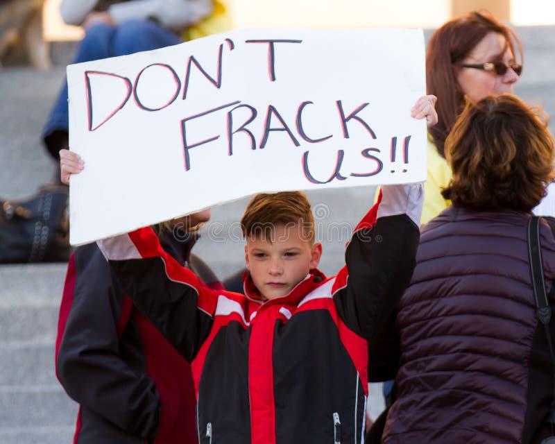 Barn som inte önskar fracking arkivfoto