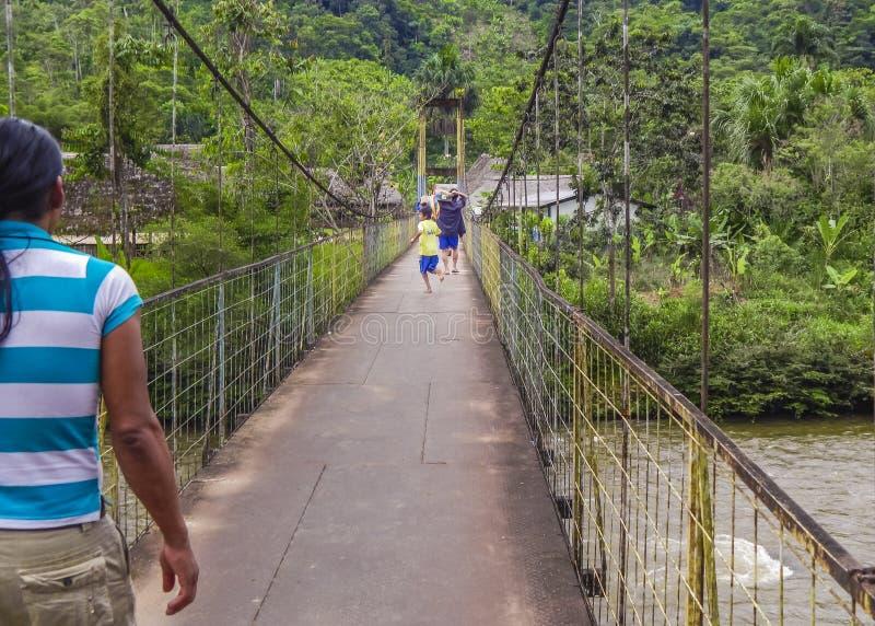 Barn som kör på bron Amazonia Ecuador royaltyfria foton