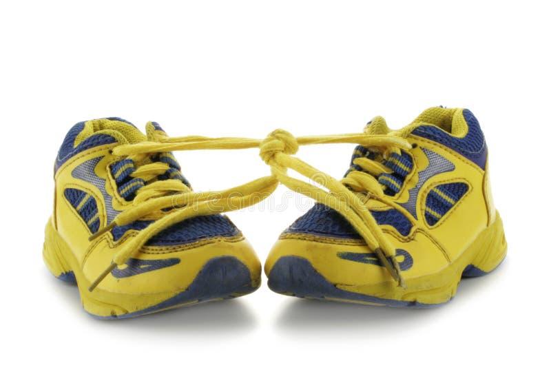 barn som kör s-skor arkivbild
