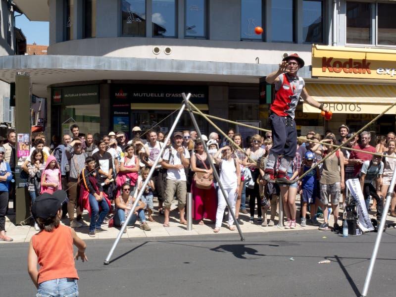 Barn som kastar en boll till en jonglör royaltyfri foto