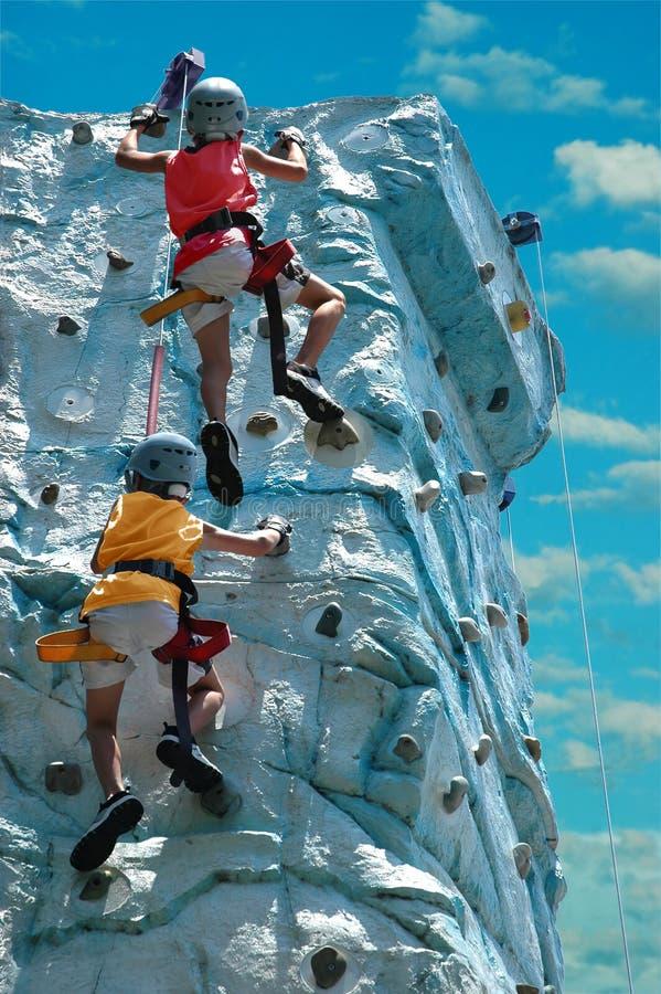 barn som klättrar rocken royaltyfri bild