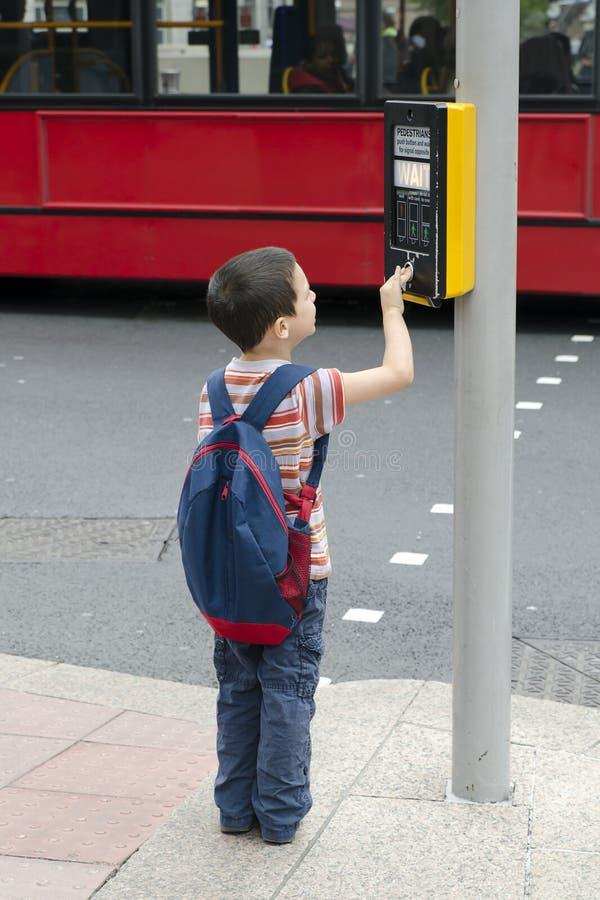Barn som korsar vägen arkivfoton