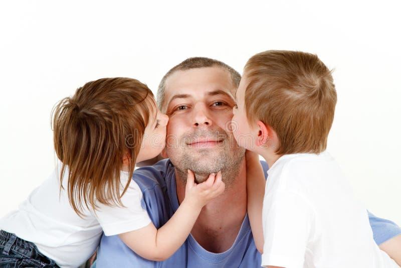 Barn som kysser farsan arkivbilder