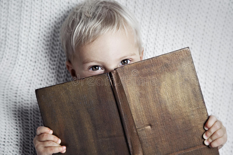 Barn som läser den gamla boken royaltyfria foton