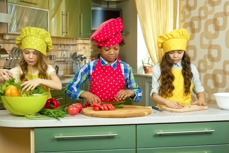 Barn som lagar mat i kök royaltyfri bild