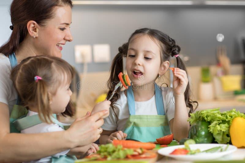 Barn som lagar mat med deras moder royaltyfri foto