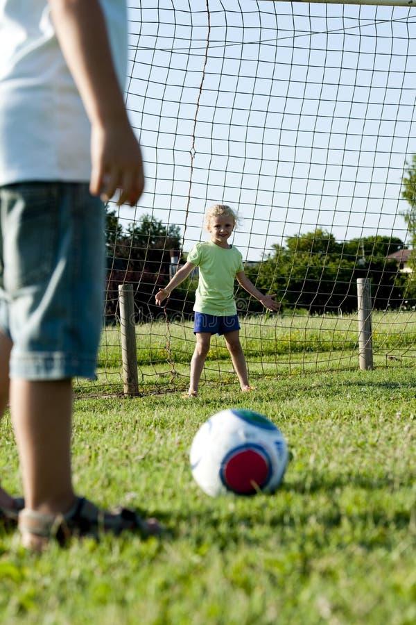 barn som leker fotboll royaltyfria bilder