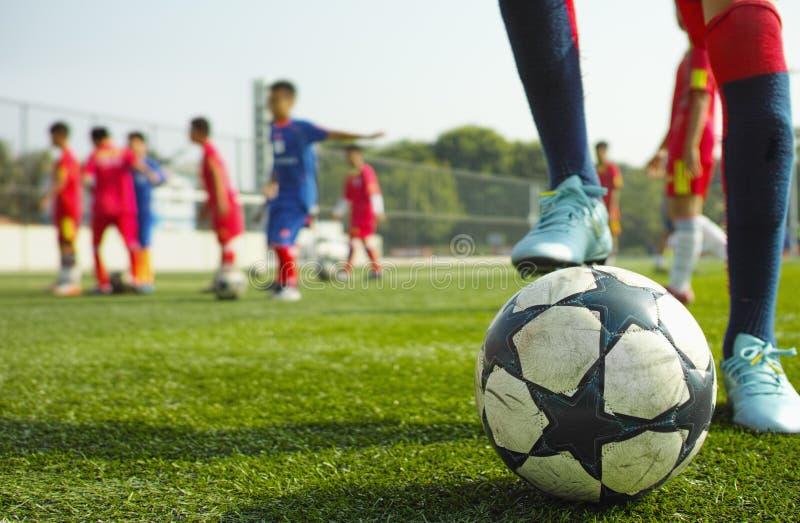 barn som leker fotboll arkivfoto