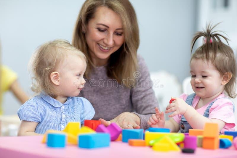 Barn som leker i daghem eller på daghem arkivfoto