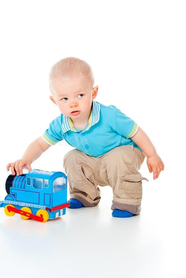 Barn som leker med en toy royaltyfria foton