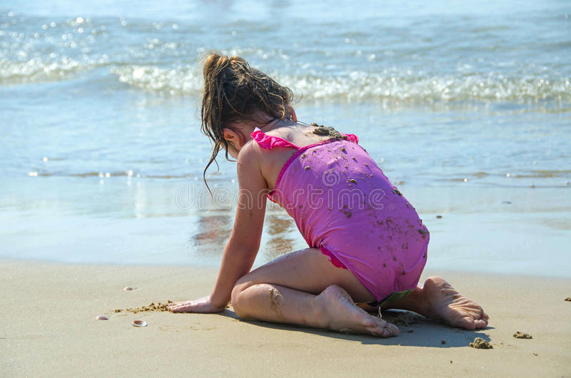 Barn som leker på stranden royaltyfri fotografi
