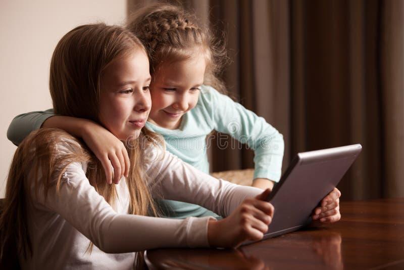 Barn som leker p? tableten royaltyfri fotografi