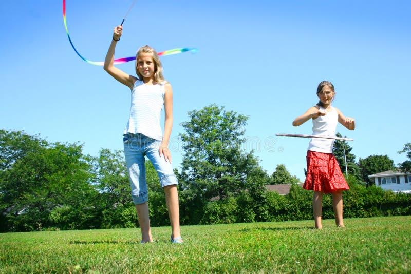 barn som leker sommar arkivbild