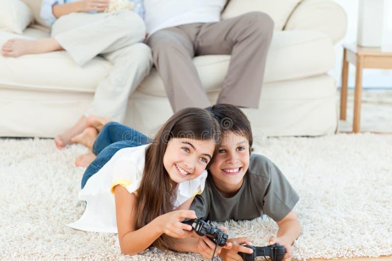 Barn som leker videogames royaltyfria bilder