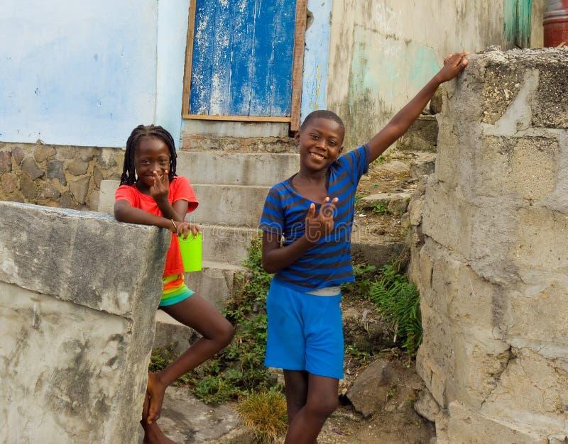 Barn som ler i det karibiskt royaltyfri fotografi