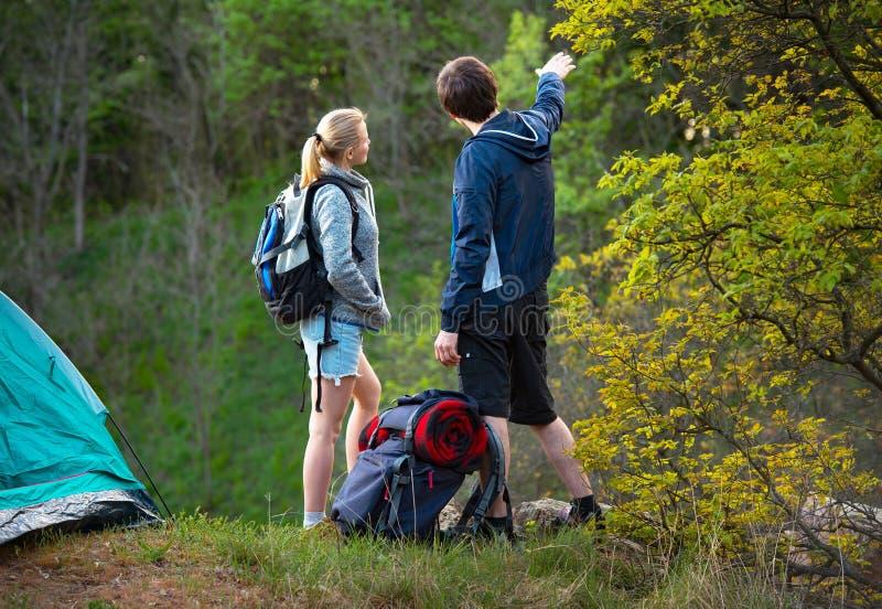 Barn som ler par som planerar rutten och ser vägen arkivbild