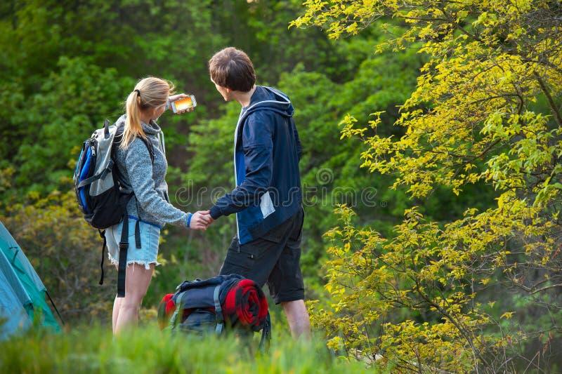 Barn som ler par som tar bilder av solnedgången med mobil phon fotografering för bildbyråer