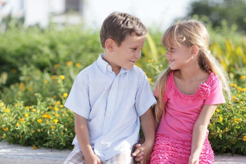 barn som ler två royaltyfria bilder