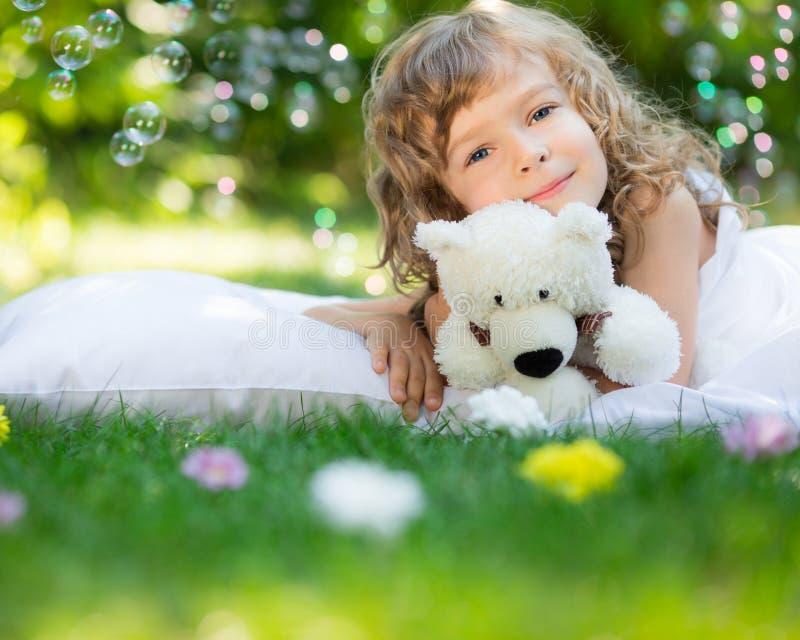 Barn som ligger på gräs royaltyfri foto