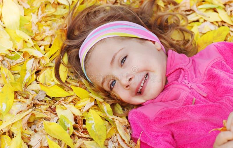 Download Barn som ligger på leaves arkivfoto. Bild av little, skratta - 27282800