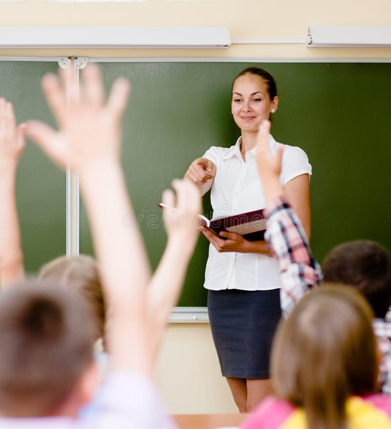 Barn som lyfter händer som vet svaret till frågan arkivfoton