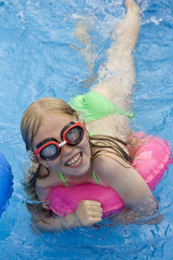 barn som paddlar pölen royaltyfri fotografi