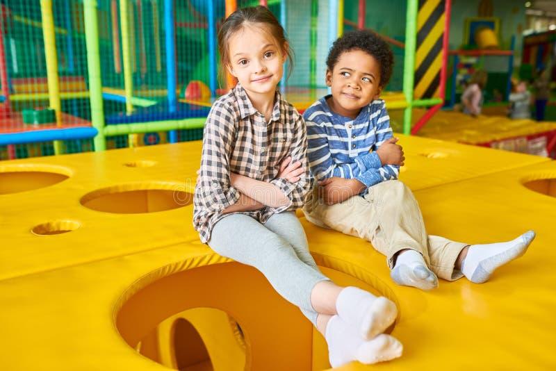 Barn som poserar i lekområde arkivfoton
