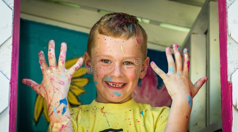 Barn som räknas i målarfärg royaltyfria foton