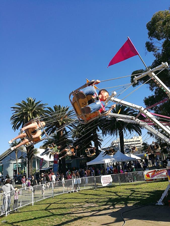 Barn som rider den snabba spinnare@ farmodern Smith Festival royaltyfri foto