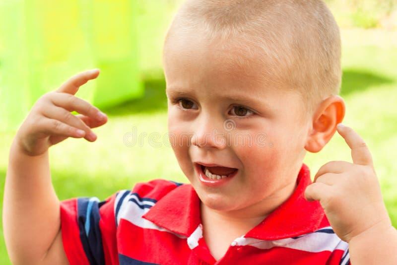 Barn som ropar och göra en gest